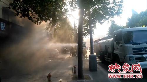"""漯河一汽修店突起大火 过路洒水车变""""消防车""""扑救"""