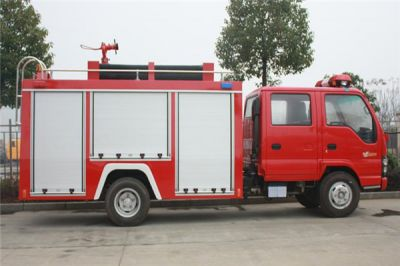 消防车守护火神山医院