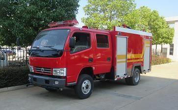灵活利用社区小型消防车,湖北武汉社区党员和志愿者每天用消防车高压水枪消毒