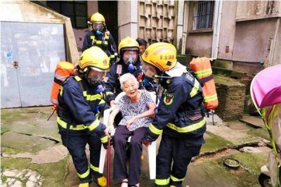 小区燃气管泄漏,湖北随州出动消防车成功救出5位老人