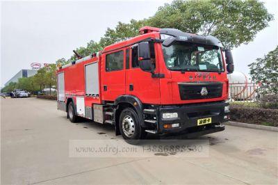 重汽汕德卡8吨水罐泡沫消防车准备发车